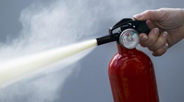 Использовать порошковый огнетушитель не сложно