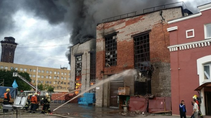 Тушение пожара в складском помещении