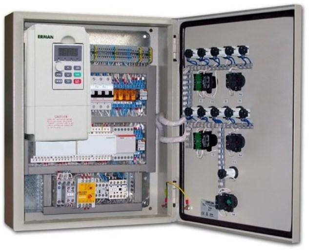 Шкаф с размещенным внутри микропроцессорным блоком управления. Световые индикаторы, и кнопки основных команд вынесены на переднюю панель (дверцу)