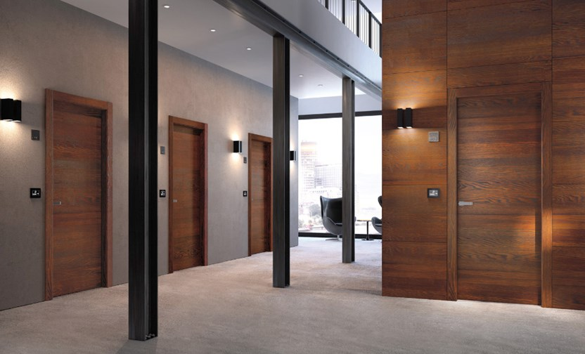 Применение деревянных дверей в офисном центре