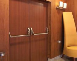 Преимущества деревянных огнестоийких дверей