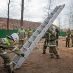 Тренировка служащих МЧС с раздвижной пожарной лестницей