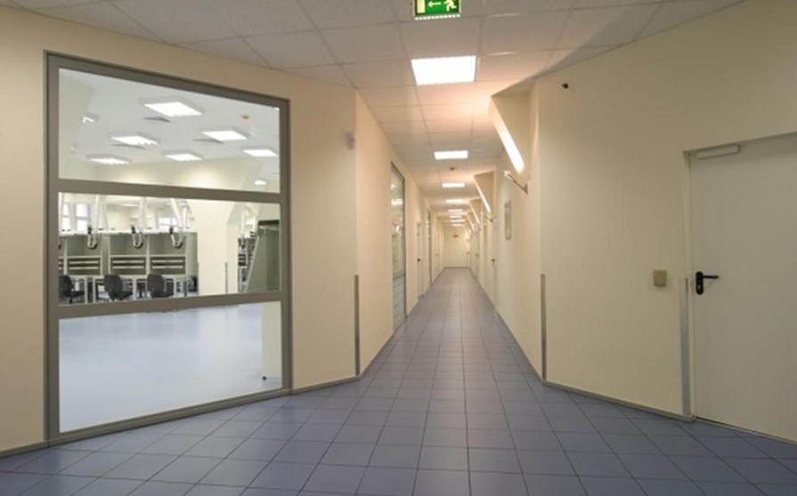 Слева огнеупорная перегородка с прозрачными дверьми, справа - глухая