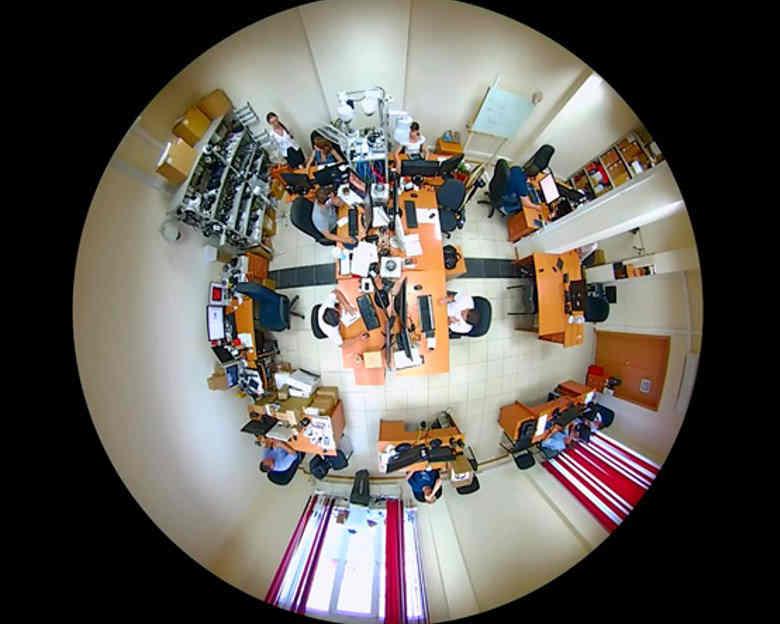 Необработанное изображение, полученное при помощи купольной потолочной панорамной видеокамеры