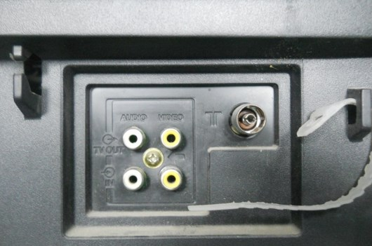 Две пары RCA разъемов, желтые для получения видеосигнала белые для аудио