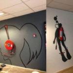 Креативные огнетушители и ПК в офисном помещении