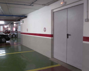Входная дверь с парковки в торговый центр