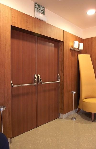 Двустворчатые противопожарные двери с механизмом «Антипаника» установленные в фойе кинотеатра, имеют декоративное покрытие
