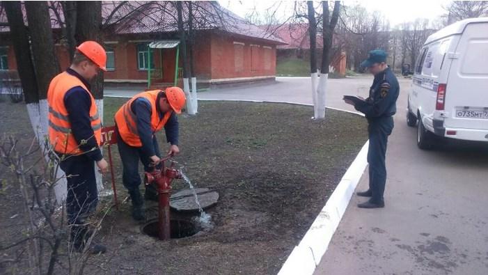 Проверка сотрудниками подачи воды