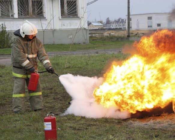 Ликвидация огня порошковым огнетушащим веществом